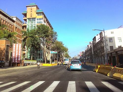 2014高雄氣爆現場。至2015年1月23日,已完成一大部份復舊的三多路,左邊是三信高商正門口。圖片提供:受訪者鄭先生。