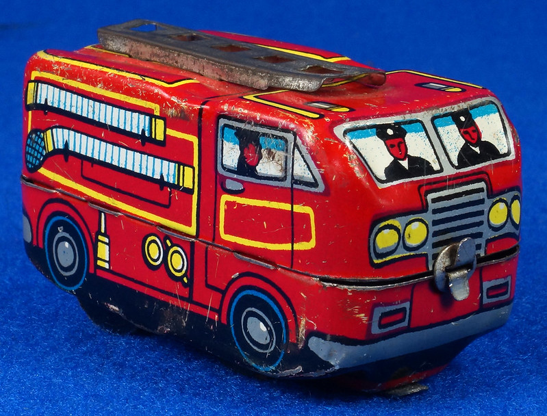 RD10081 Vintage Wind Up Tin Miniture Fire Truck Made in Japan DSC08367