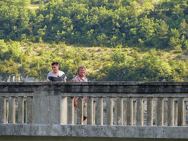 les garçons sur le pont