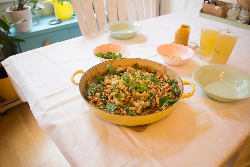 glasnudeln mit erdnusssauce, jungen spinat & ananas