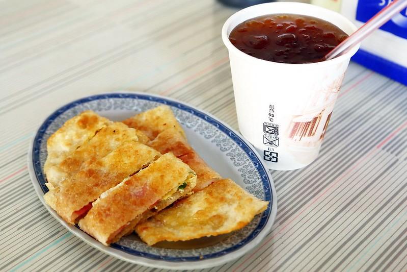 【新北市三重早餐店】酥脆的手桿蛋餅只要15元!三重後竹圍街的無名早餐店,賣傳統中式早餐還有好吃的手桿蛋餅。