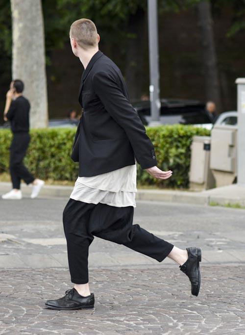 モノトーンコーデ 黒テーラードジャケット×ロング丈白T×黒サルエルパンツ