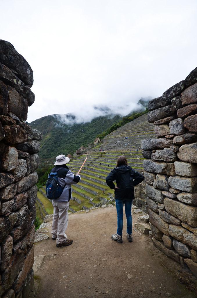 Nuestro guía explicándonos los secretos de Machu Picchu