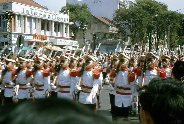 SAIGON 1965 - Military Parade on Le Loi Avenue - SVSQ Trường VÕ BỊ QUỐC GIA ĐÀ LẠT trong buổi diễn binh tại SAIGON