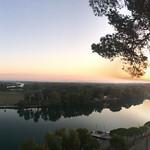 Morgonlöpning med utsikt uppe på påvepalatset i Avignon