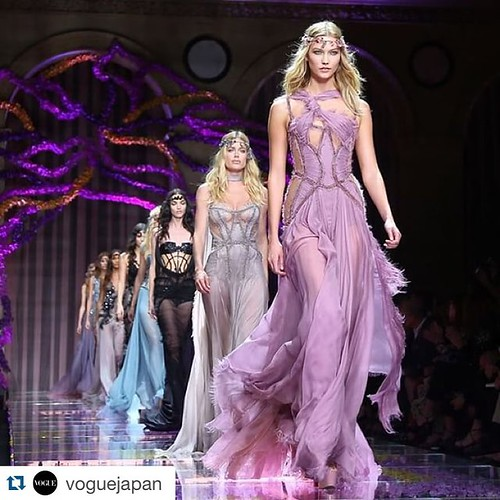 #Repost @voguejapan with @repostapp. ・・・ アトリエ・ヴェルサーチのオートクチュールコレクション。 Versace's Haute Couture collection. @versace_official @karliekloss @doutzen @nichapats