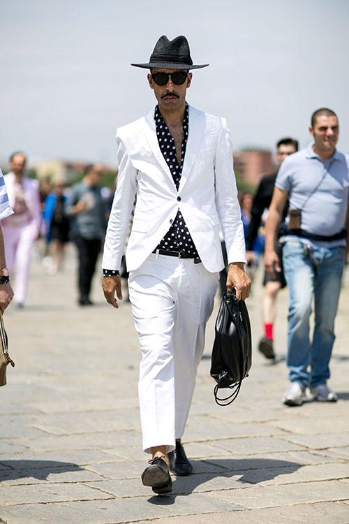 ホワイトスーツ×黒白ドット柄シャツ×黒オックスフォードシューズ