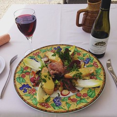 Uma bela salada com bom vinho do Val de Loire.