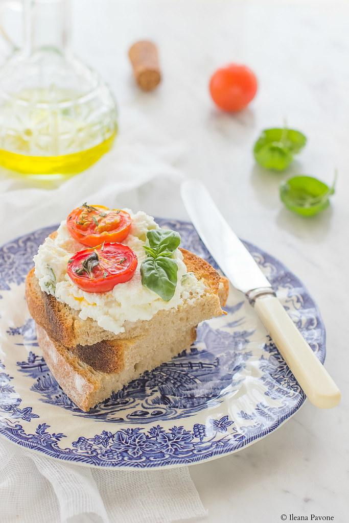 Bruschette con ricotta e pomodorini arrostiti