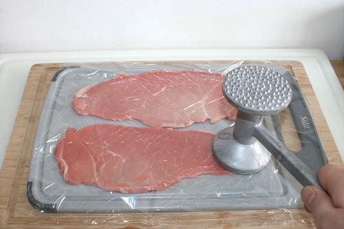 20 - Kalbsschnitzel flach klopfen / Flatten veal cutlets