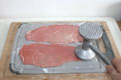 20 - Kalbsschnitzel flach klopfen / Flatten veal c…