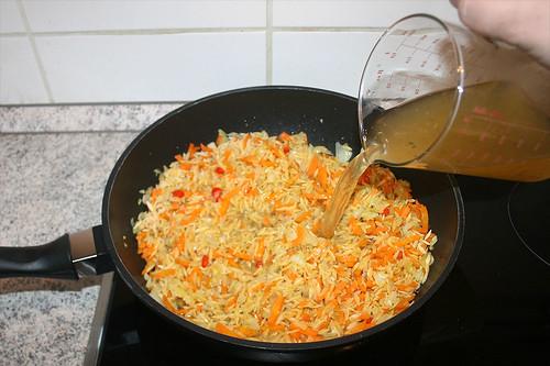 32 - Mit Gemüsebrühe ablöschen / Deglaze with vegetable broth