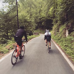 Going down from Finestre pass with nico, jacopo and a roman man from #milano .... #skilly #totalwar #transcontinental #columbus #deda #campagnolo #steelframe #dosnoventa #rapha #legor #pigozzi #weridewithyou #outsideisfree #friendshipneverdie #dressliveri