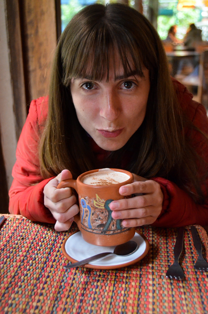 Diana tomando un chocolate caliente peruano
