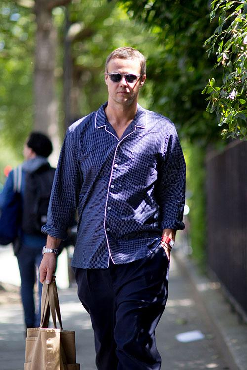 白パイピングの紺シャツ×紺パンツ