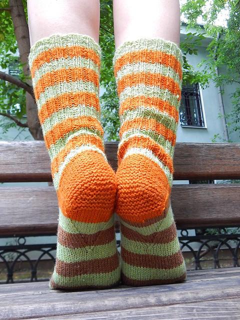 полосатые носки, связанные спицами сверху вниз, с клином на подошве | ХорошоГромко.ру