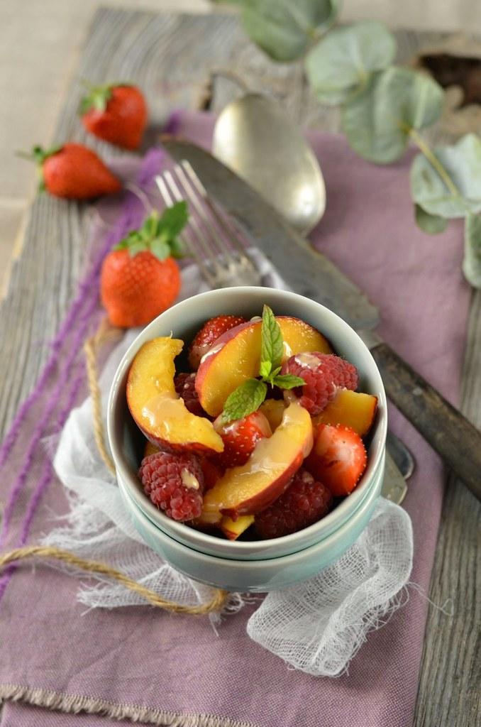 Salade de fruits d'été et coulis de nougat