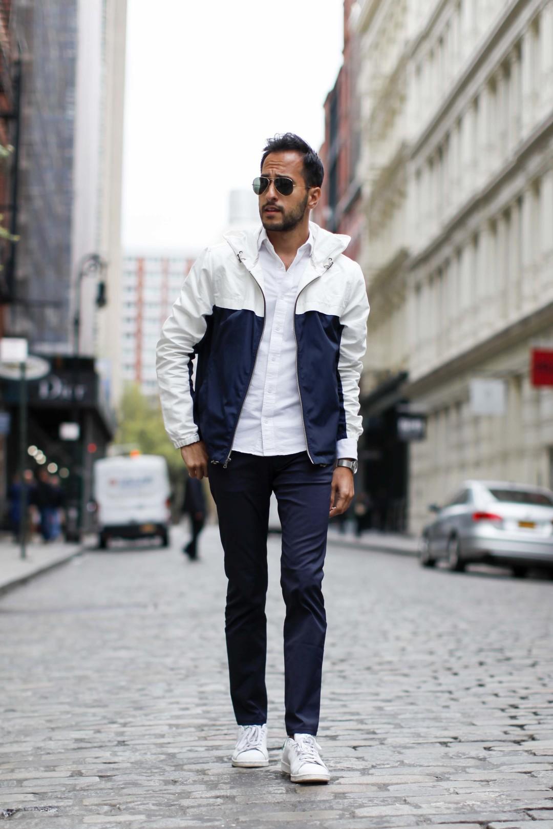 白紺バイカラーブルゾンパーカー×白オックスフォードシャツ×紺パンツ×白ローカットスニーカー