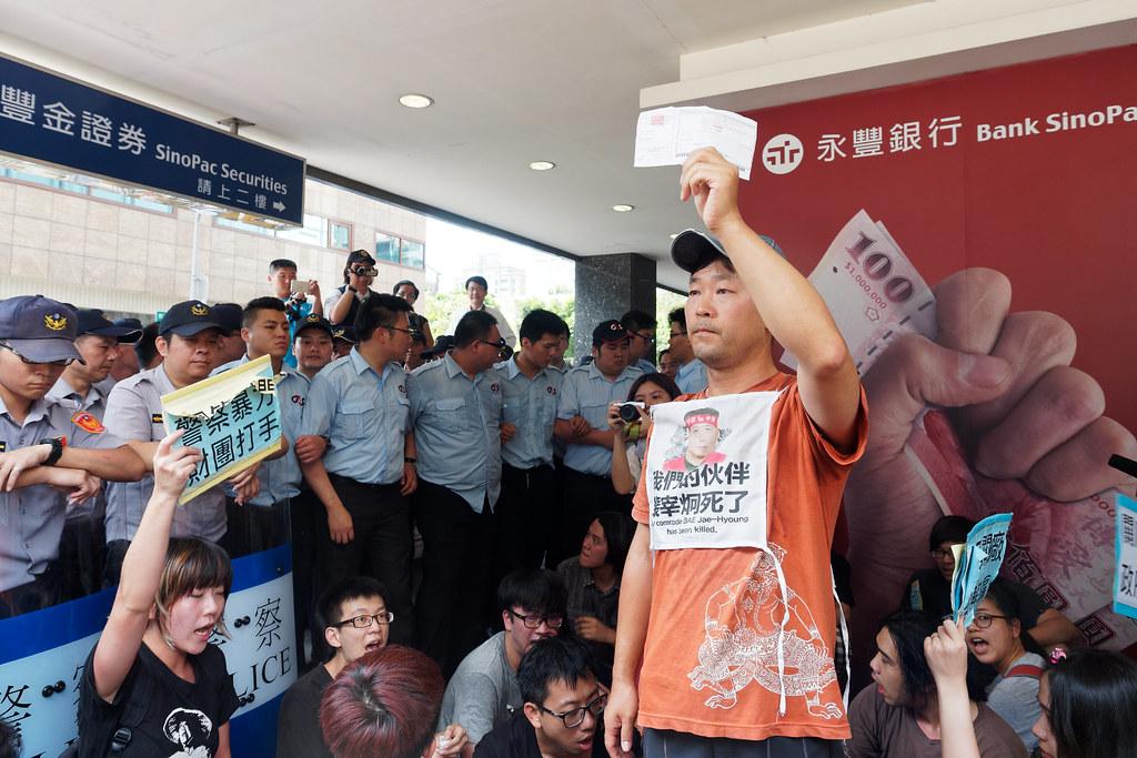 Hydis工人與聲援者至永豐餘股東會表達訴求。(資料照片/攝影:林佳禾)
