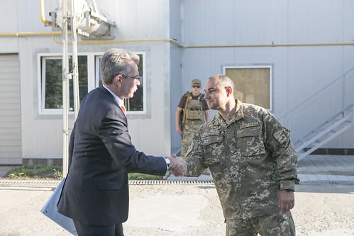Treue Freunde: US-Botschafter Geoffrey Pyatt Ende Juli beim Besuch der ukrainischen Truppen an der Grenze zur Donezker Volksrepublik. Foto:  U.S. Embassy Kyiv Ukraine  (CC BY-ND 2.0)