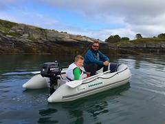 Vi utforsker øya med båt
