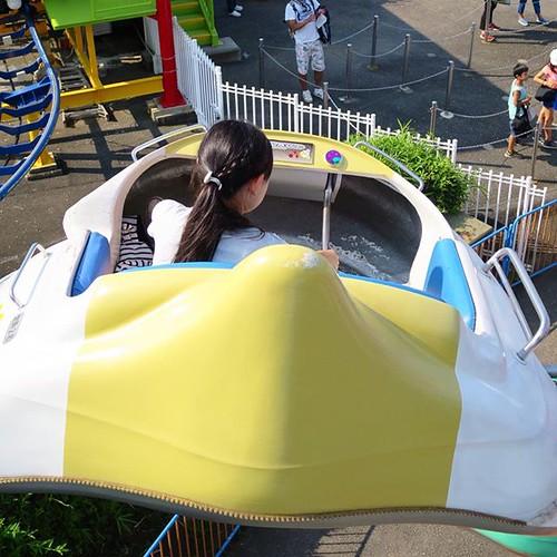 宇宙船を運転する娘。
