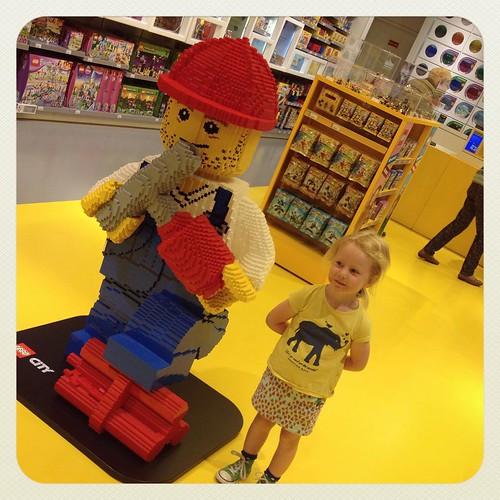Neem je eens een foto van mij met het Lego mannetje. En ook een kadootje kiezen voor de broer die morgen jarig is was niet evident hier