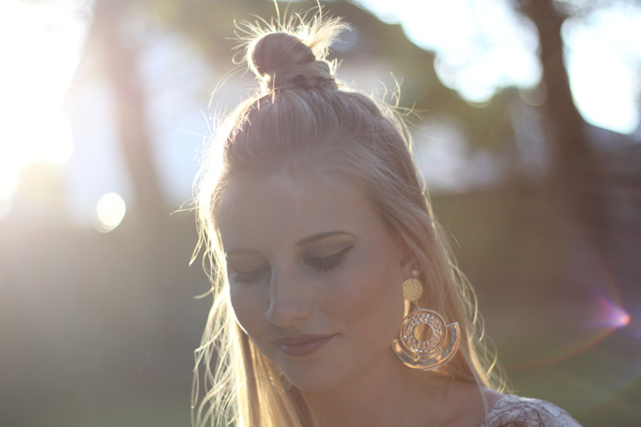 outfit-details-face-girl-woman-blonde-half-bun-earrings-big-lipstick-mac-eyebrow-nosering