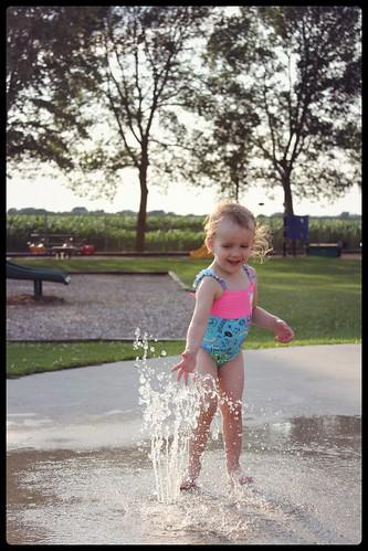 Bébé Fille dans les jeux d'eau