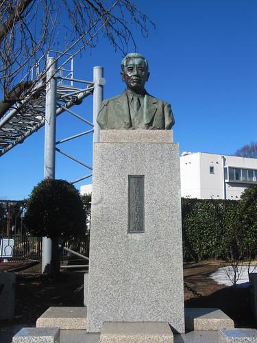 中山競馬場中村さんの像