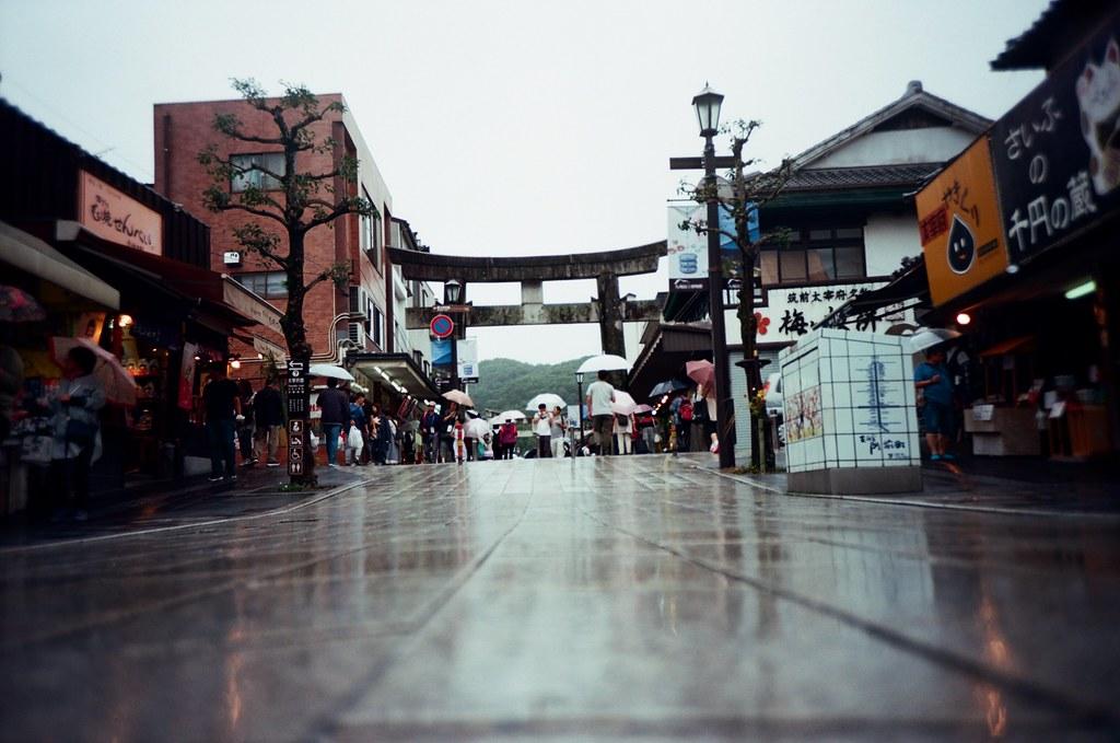 太宰府天滿宮 福岡, Japan / Kodak Pro Ektar / Lomo LC-A+ 一張放在地上拍攝的太宰府天滿宮前的鳥居。  到處都是人,但可能是下雨吧,感覺人潮應該要再多一點。  Lomo LC-A+ Kodak Pro Ektar 100 4894-0011 2016-09-29 Photo by Toomore