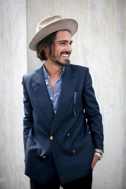ダブルブレスト紺ブレザー×柄青シャツ+グレー中折れ帽