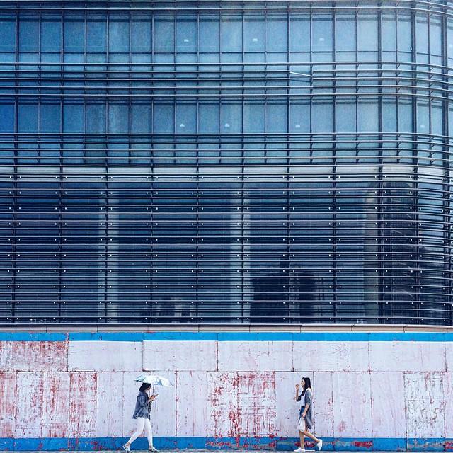 万人丛中偶相逢,使我衣袖三年香  Encountering in city   #shanghailife #shanghai #street #phoneonly #onlyphone #phonegraphy #iphonegraphy #上海 #魔都 #girl