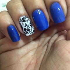 e depois de uma semana ausente, essa semana eu vou assim!! #nails #azul #lapogee @protetorparaesmalte #strass