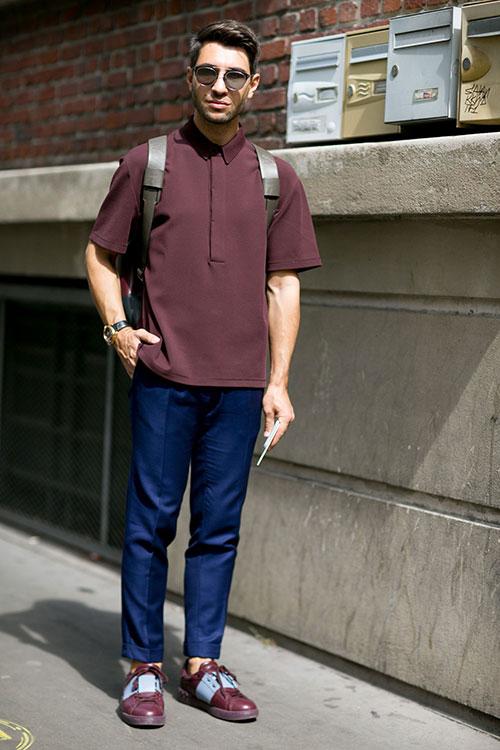 エンジ半袖シャツ×紺スラックス×Valentinoオープンスニーカー