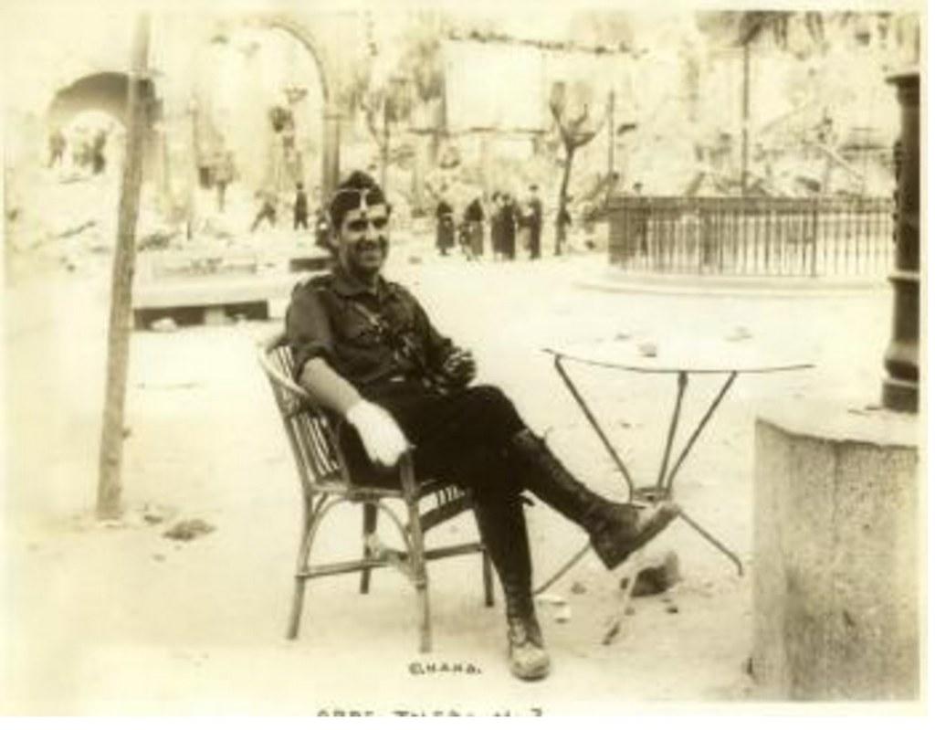 El falangista José Sainz en Zocodover tras la liberación del Alcázar el 28 de septiembre de 1936. Fotografía de Edward James Abbé