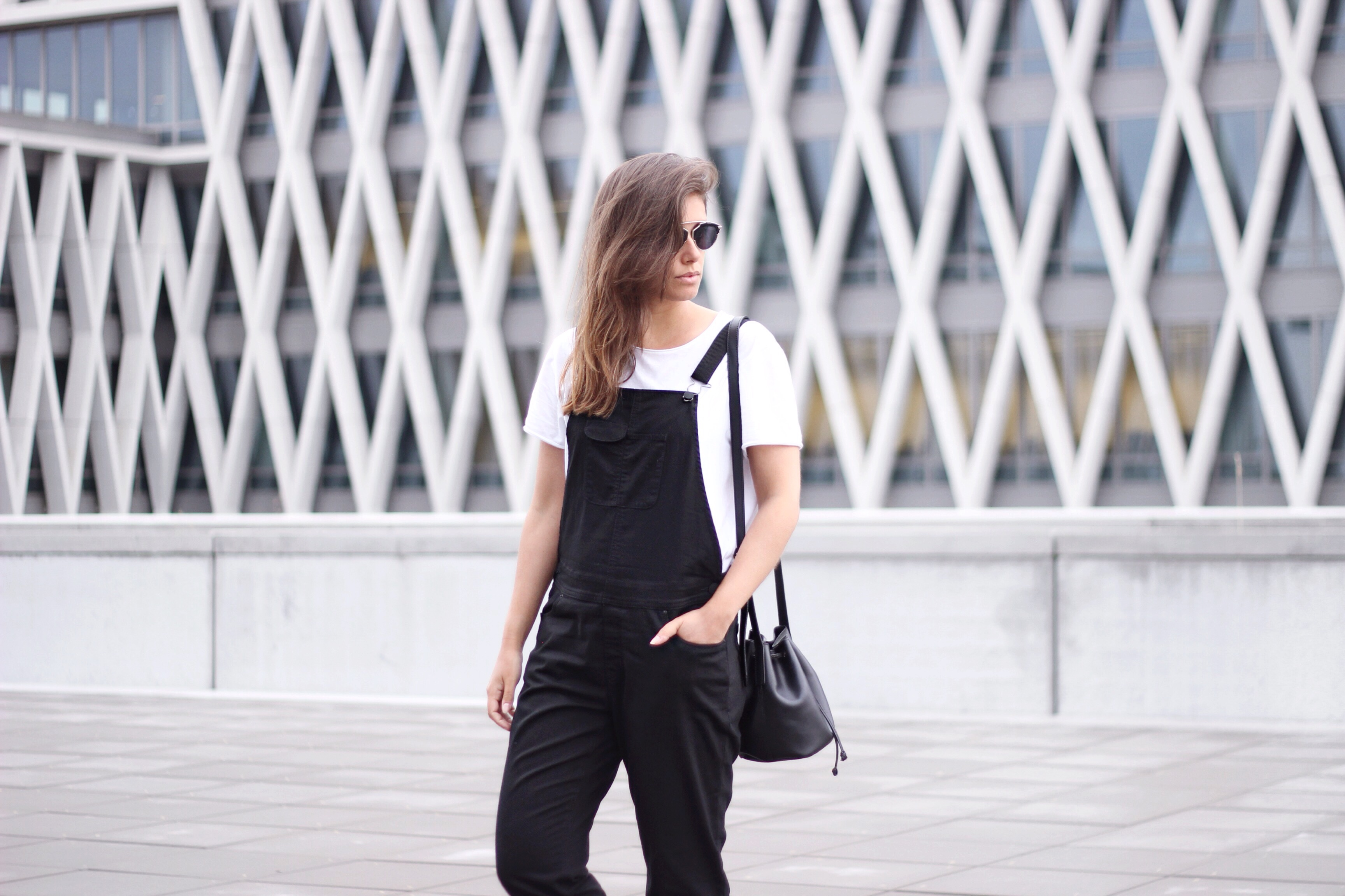 Monochrome-outfit-minimalist-bucket-bag-fashion-blogger