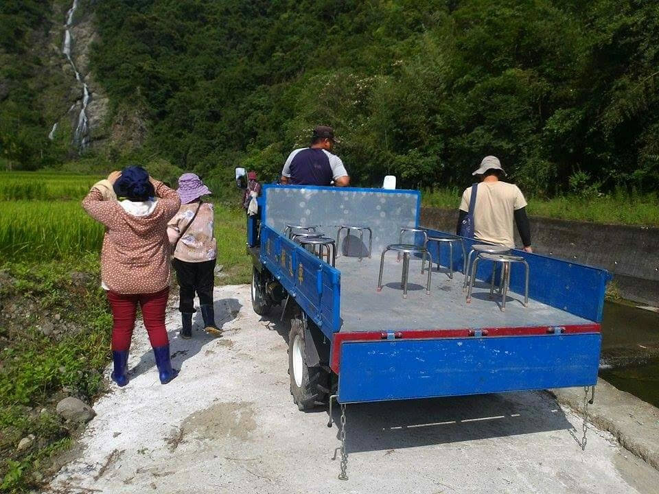 進入部落搭乘的「部落高鐵」鐵牛車