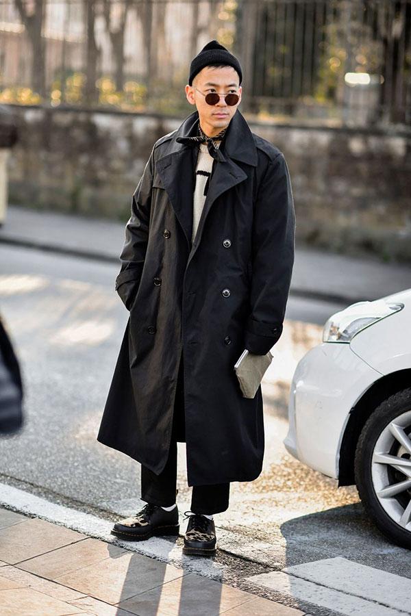 黒ニットキャップ×黒ロングトレンチコート×白セーター×黒パンツ×黒カーフ柄コンビダービーシューズ