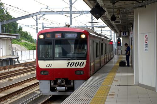 成田湯川駅:アクセス特急(京急の車両)