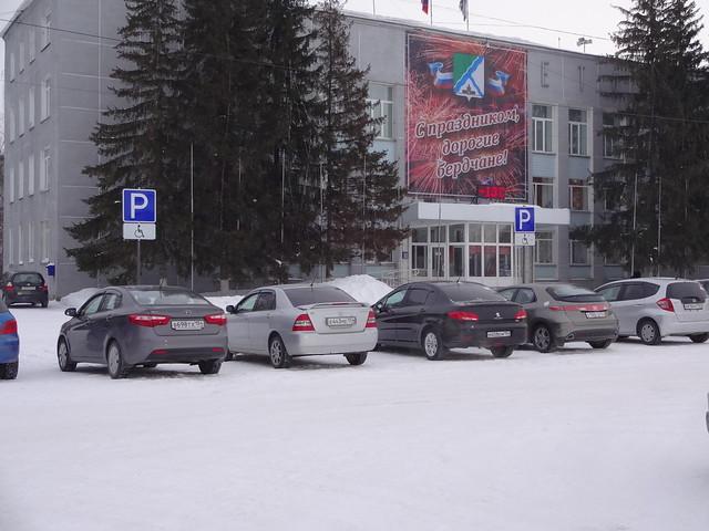 """ДВА ОДИНАКОВЫХ ЗНАКА """"Парковка только для инвалидов"""" у Администрации Бердска 12.01.2015 года"""