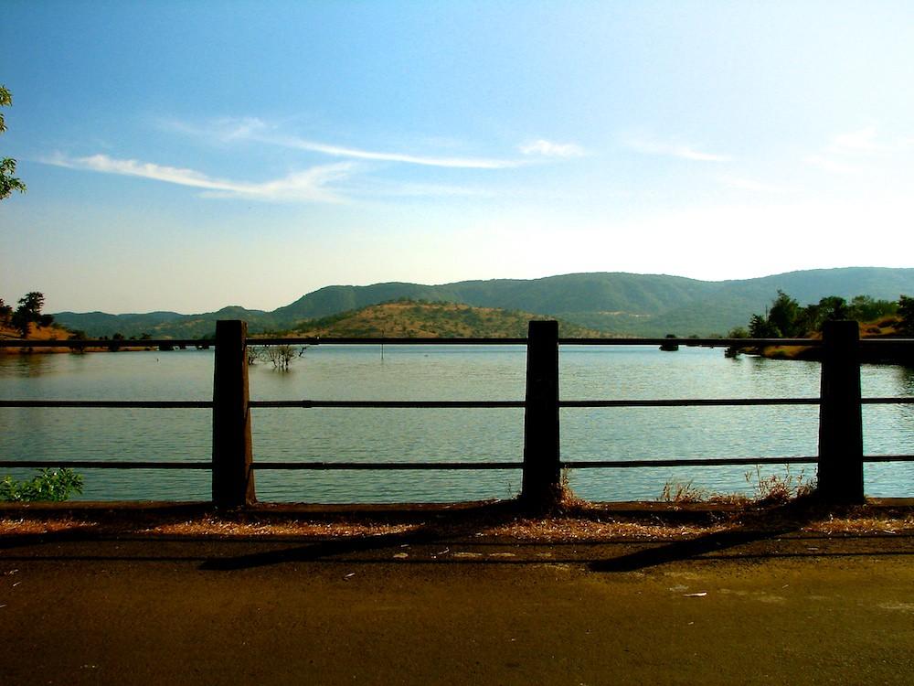 1195: Rails along a Lake