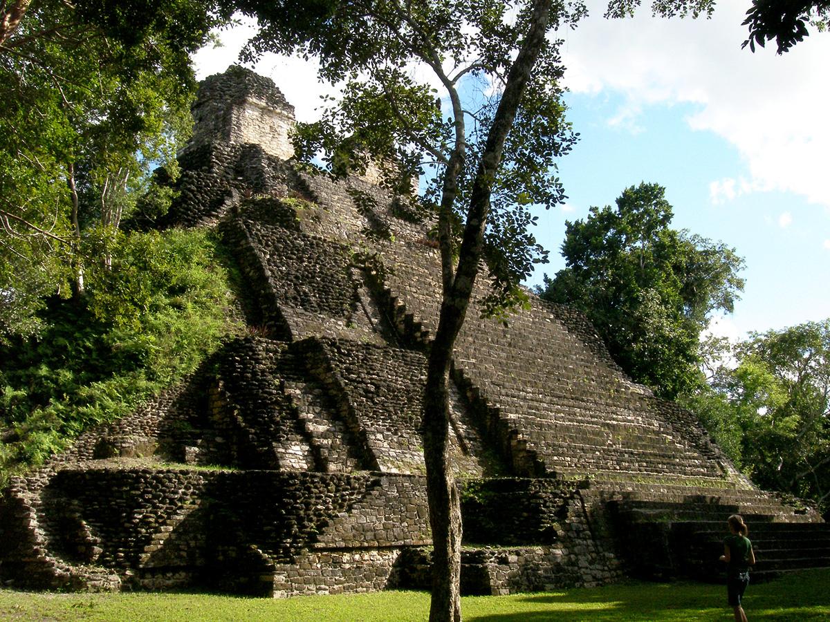 Visitante subiendo por un pirámide en Dzibanché y Kinichná