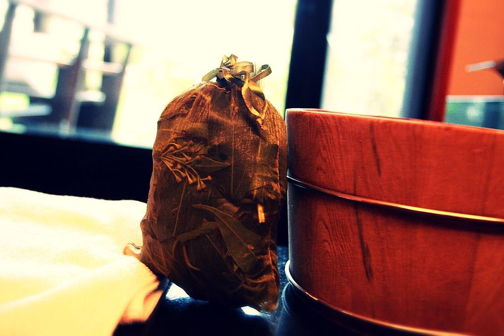 泡澡的桶和可薰的木屑花葉....在淋浴間內有一個蒸氣口,把這個放在那邊就可以燻出香味