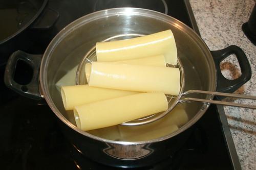 31 - Cannelloni entnehmen & abtropfen lassen / Remove & drain cannelloni