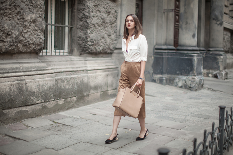 white-shirt-suede-brown-outfit-ideas