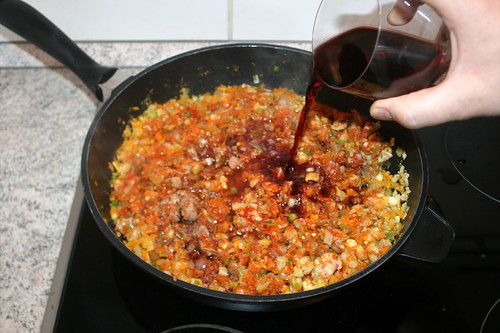 36 - Mit Rotwein ablöschen / Deglaze with red wine
