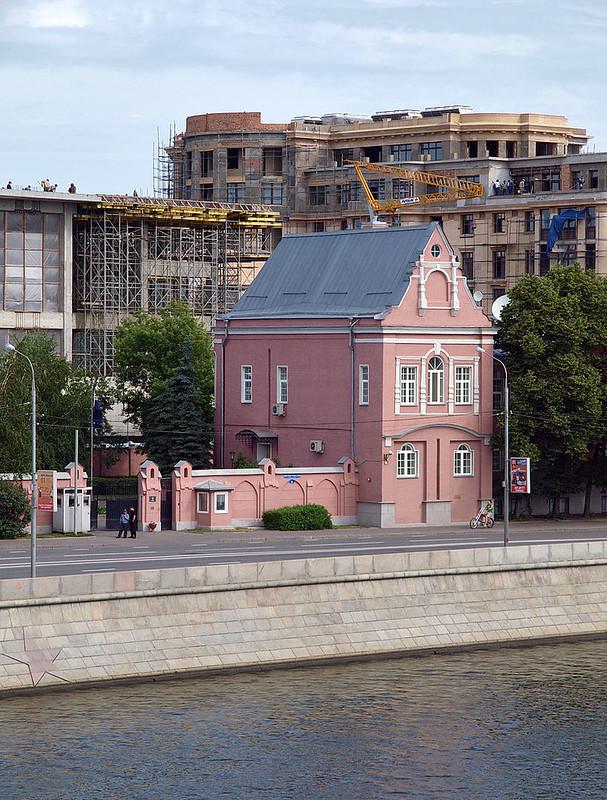 800px-Prechistenskaya_nab_3_June_2009_04