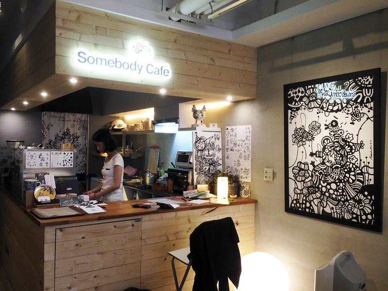 【台北咖啡館】西門町喝咖啡,藏在二樓裡的隱密咖啡館「貳拾陸巷(Somebody)」(新地址)。不限時間│有插座│免費wifi