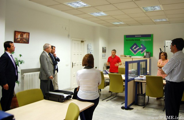 Los técnicos de la Ventanilla Única Empresarial explican a la delegación del SEBRAE su funcionamiento